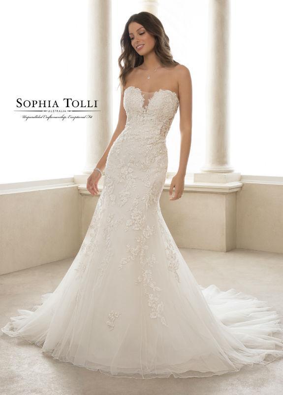 Wedding Dress 9983 size 12 - Dominique Levesque Bridal